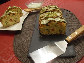 Pastel de verduras de calabacin y pimientos ojos en cocnserva con su salsa.
