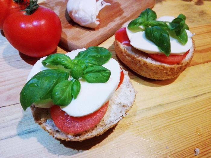 Zapiekanki z mozzarellą i pomidorem