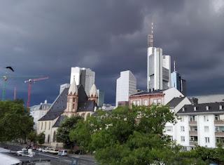 Skyline mit Gewitterwolke