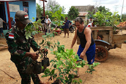 Koramil Elikobel Bantu Aparat Bagi Bibit Buah di Kampung Bunggay