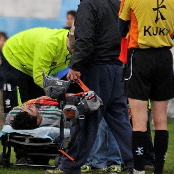 c0e02ca6f6 Rapidamente se percebeu a gravidade da lesão (fratura exposta da perna) e o  árbitro Pedro Murinello interrompeu o jogo de imediato.