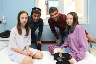 Jugadores del Barakaldo Club de Fútbol visitan a niños hospitalizados en Cruces