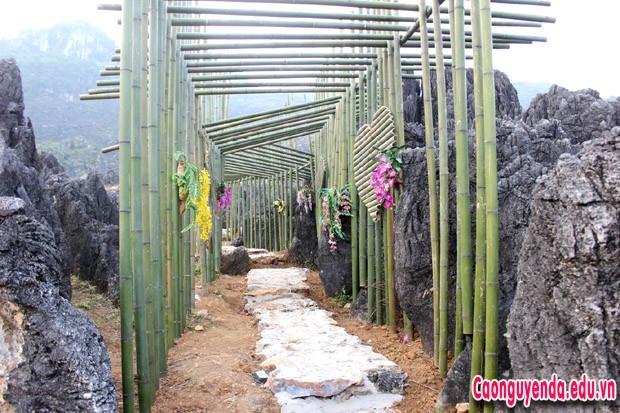 Đường vào Mê Cung Đá được trang trí bằng các vật liệu tự nhiên, tạo điểm nhấn thu hút du khách đến thăm quan, trải nghiệm.
