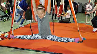 yoga aereo, aerokids, topkids, luxembourg, aerial yoga, yoga aerien, aerial dance, silks, suspension, gravity, enfants, niños, anti, age