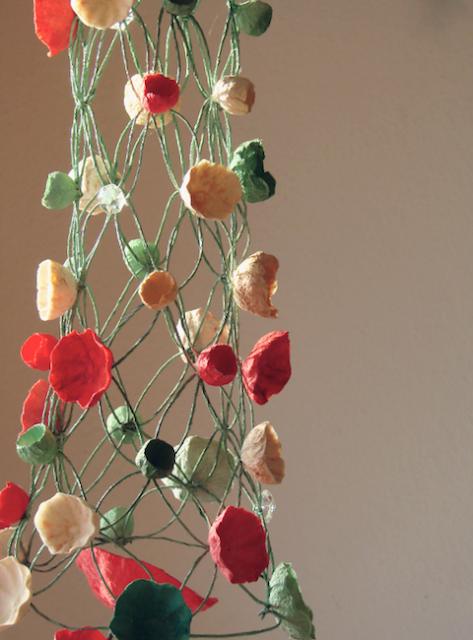 Albero di Natale in macramè . Macrame Christmas tree , paper flowers papier mache