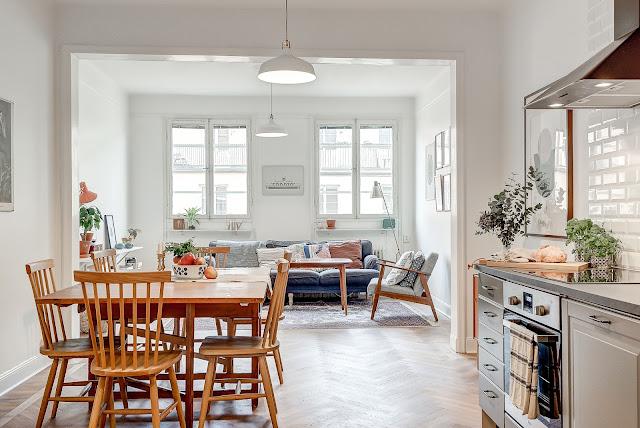 Bucătărie deschisă către living într-un apartament de 53 m²