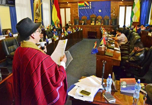 El comunicador social fungió de juez contra un abogado y magistrado aymara en julio de 2017 / ARCHIVO WEB