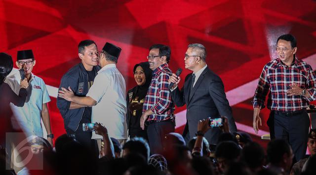 Para paslon saling bersalaman usai acara Debat Pilgub DKI 2017 putaran kedua, Jakarta, Jumat (27/1)