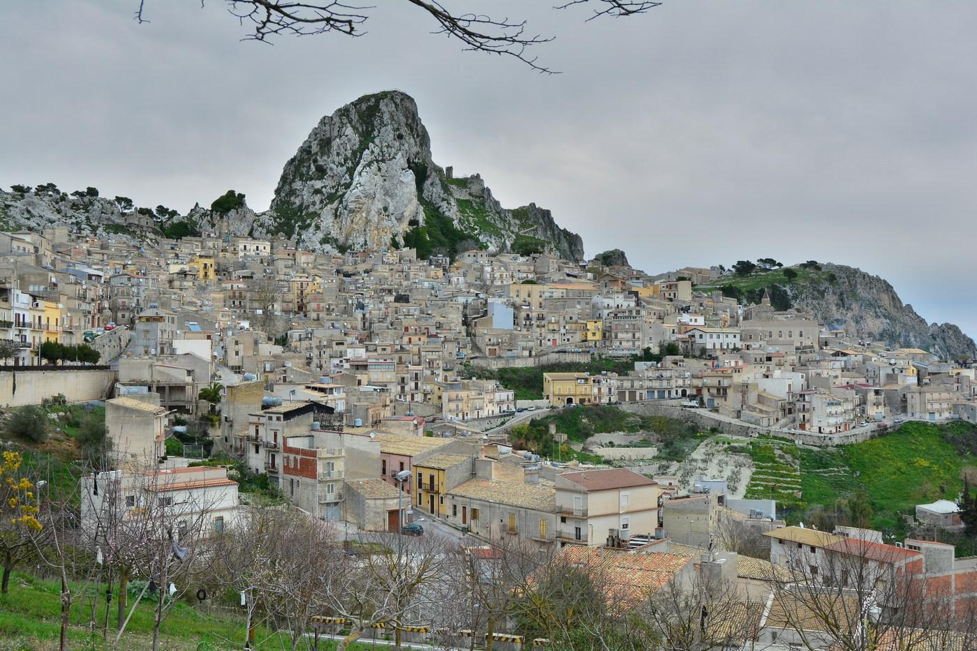 Vue d'ensemble du gros village au pied du piton rocheux.