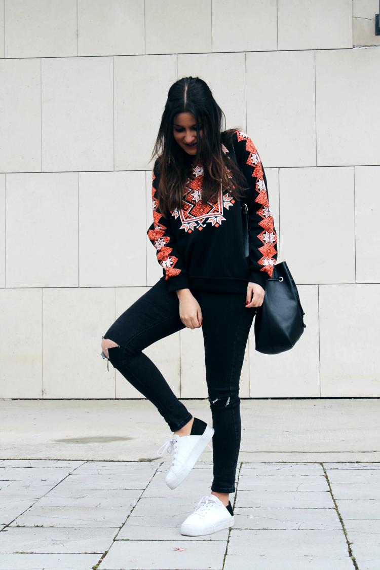 outfit comodo sudadera etnica zapatillas blogger de moda leon
