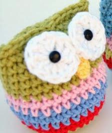 http://translate.google.es/translate?hl=es&sl=en&tl=es&u=http%3A%2F%2Fhopscotchlane.blogspot.com.au%2F2012%2F11%2Fcrochet-owl-ornament-pattern.html