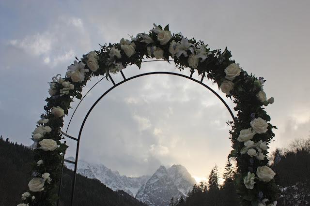 Rosenbogen, Eisblau und Leuchtrot, Winterhochzeit in den Bergen von Bayern, Riessersee Hochzeitshotel Garmisch-Partenkirchen, Winter wedding in Bavaria, Germany