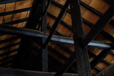 生坂村の古民家カフェ・ひとつ石 屋根裏の骨組み