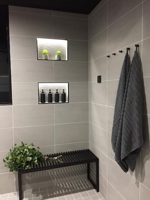 upotettu lokero, shampoohylly, harmaa kylpyhuone, kylpyhuone, laattalista, musta shampoopullo, jysk, pesuhuone, laattapiste, minos ash, classy 300, vihta, rakentaminen