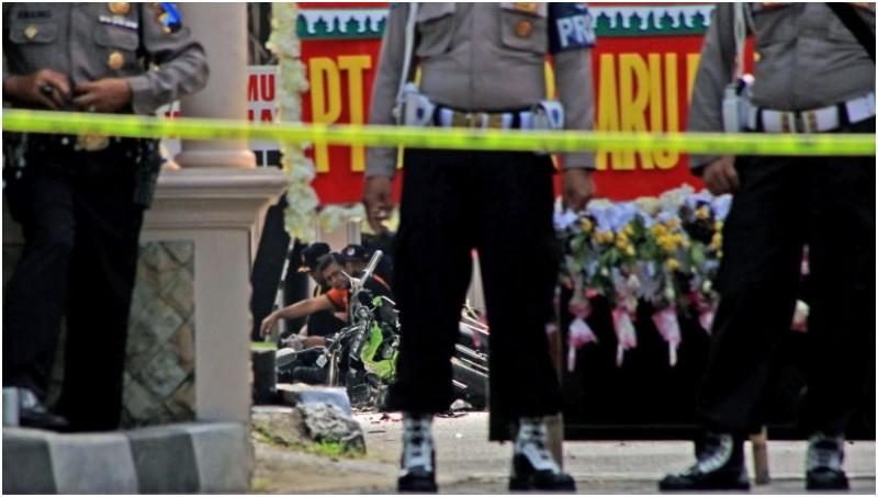 Polisi melakukan olah TKP bom bunuh diri di Mapolresta Solo