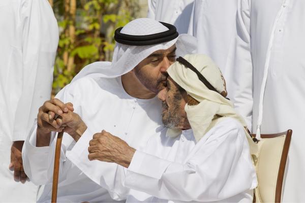 Sunnah Yang Terlupakan: Mencium Kepala Atau Kening Orang Tua