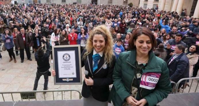 Una ciudad española bate el récord de la cadena de besos más larga del mundo formada por 1.015 personas