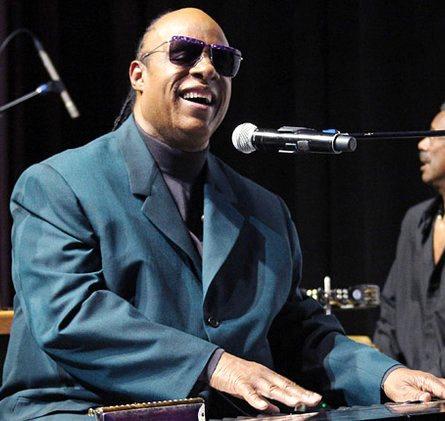 Foto de Stevie Wonder cantando en concierto
