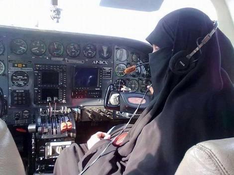Masya Allah...Inilah Sosok Pilot Wanita Bercadar Pertama Di Dunia