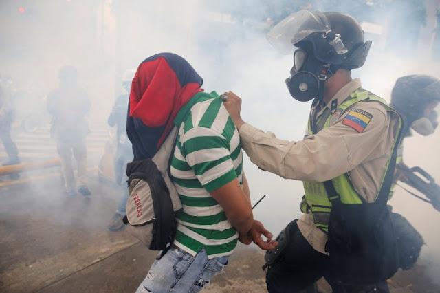 """Otorgan libertad plena a 17 estudiantes venezolanos considerados """"presos políticos"""""""