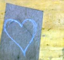 buatlah gambar bentuk hati pada kayu