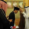 Raja Arab Saudi Salman bin Abdulaziz Memasangkan Medali Presiden Jokowi