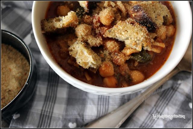 bol de soupe de tomate aux pois chiches , pâtes complètes , épinards , croutons et levure maltée