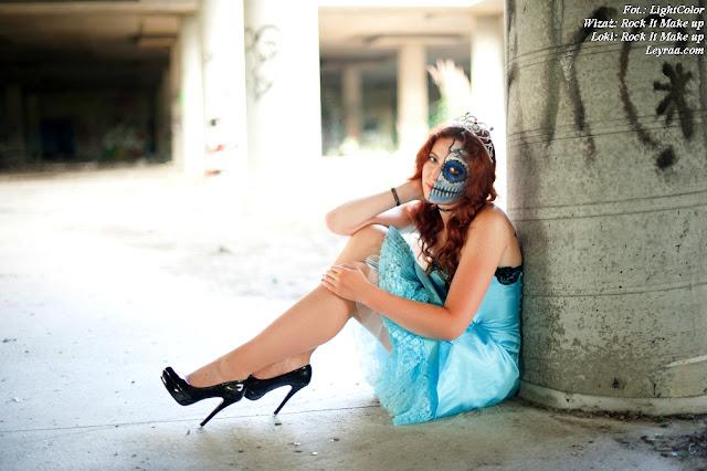 12.07.2017 Rozkloszowana baby blue sukienka z koronką i podszewką, czarne szpilki na platformie, chocker dusik i wisiorek, Muerte make up, Opuszczona galeria Mielec