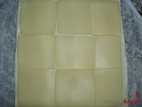 Hojaldre cubierto de queso amarillo