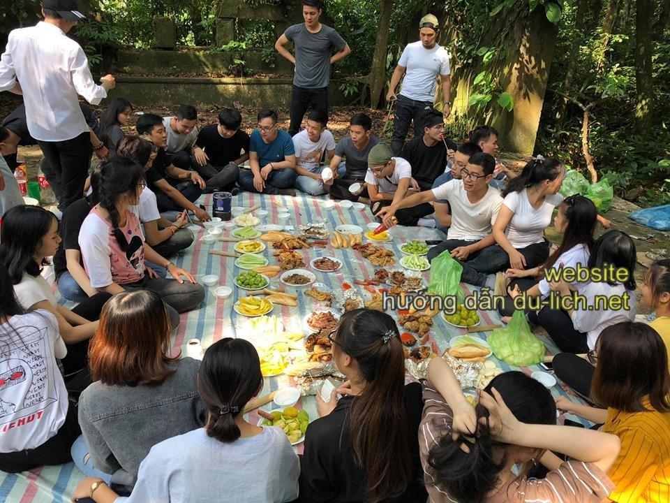 Nhiều nhóm bạn trẻ tổ chức ăn uống ngay tại vườn rừng Ba Vì, nhưng xin đừng xả rác không là trở thành ác mộng