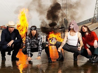 Foto de Red Hot Chili Peppers junto a un gran fuego