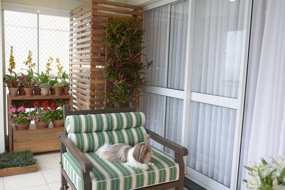 paisagismo-varanda-esconde-ar-condicionado-com-painel-ripado