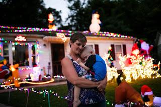 Μια ολόκληρη γειτονιά έκανε πρόωρα Χριστούγεννα για ένα δίχρονο παιδί που πεθαίνει από καρκίνο