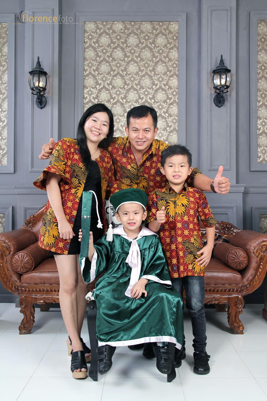 Foto Bersama Keluarga Saat Graduation Di Florence Studio Studio