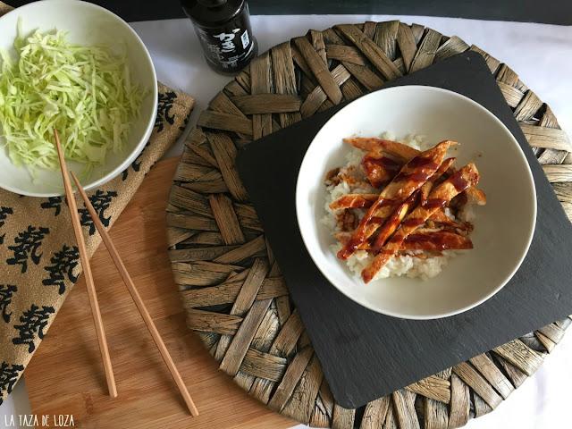 cuenco-con-arroz-blanco-y-pechugas-de-pollo