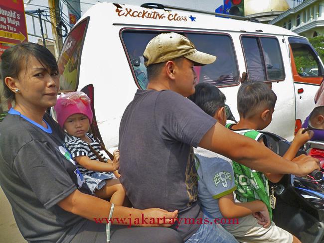 Cinco personas en moto, en Yakarta