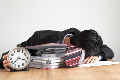 Hombre joven exhausto por el trabajo