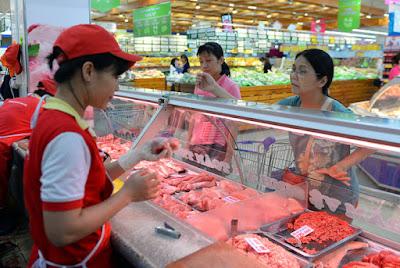 Người tiêu dùng cho rằng giá thịt heo chưa giảm tương xứng với giá heo hơi - Ảnh: Hữu Khoa