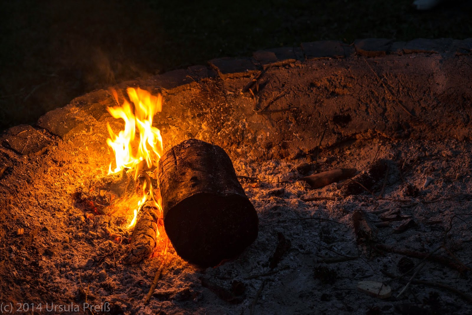 how to keep a fire burning in the rain