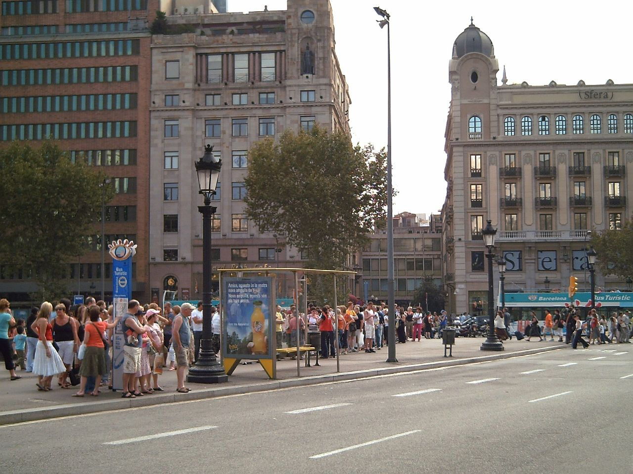 Weekend, Barcelona: Turistic Bus Stop in Plaza Catalunya