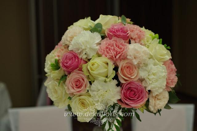 Różowa dekoracja kwiatowa w martini - wesele DeSilva Opole