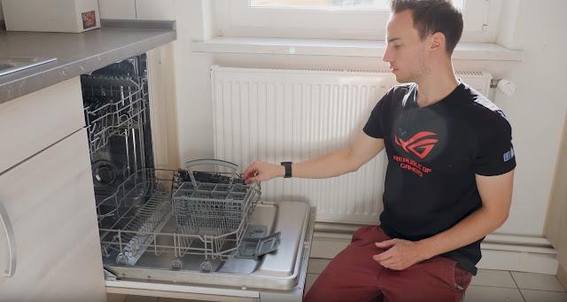 Un overclocker de Asus limpia el hardware de su PC en un lavavajillas
