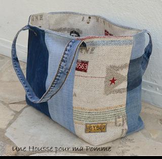 """Sac porté épaules ou poignée, entièrement en matériau recyclé ce sac est fait de jeans de différentes couleurs montés façon patchwork, anses en jeans serties par mes soins, intérieur en coton tissu thème """"Le Che"""", poche intérieure en jeans, les deux cotés extérieurs sont asymétriques, rappel du thème sur un des cotés extérieurs.  Dimension 43x35x23 cm."""