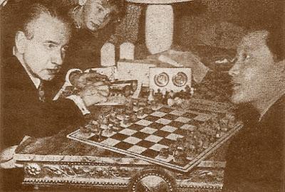 Folke Rogard, presidente de la FIDE, en conversación con el representante de Mongolia