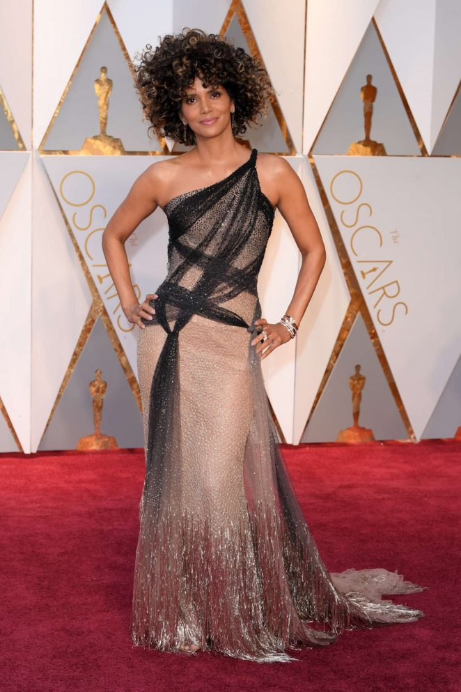 Halle Berry rocks curls and Versace at the 2017 Oscars
