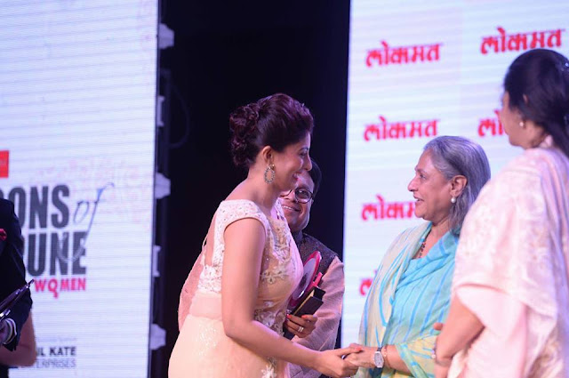 Mrs. Poonam Shende receiving Lokmat media's Icons of Women Pune coffee-table book from Jaya Bachchan