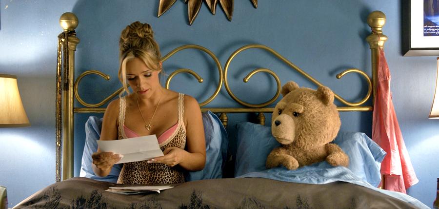 Ursuleţul de plus Ted şi prietena sa Tami-Lynn (Jessica Barth)