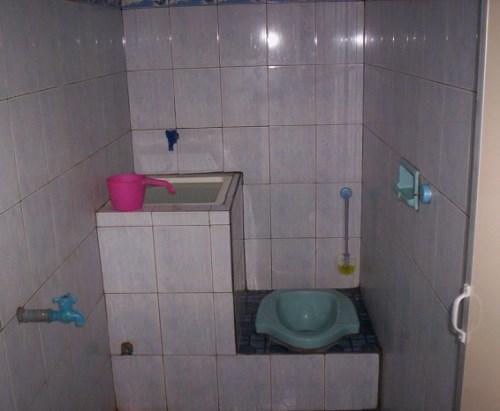 contoh kamar mandi sederhana kloset jongkok