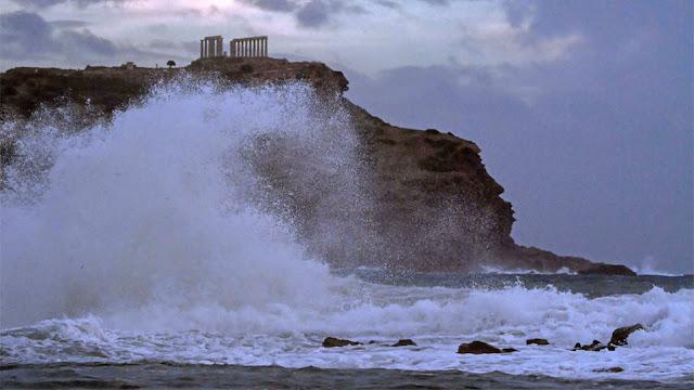 «Ο Ποσειδώνας επισκέφτηκε τον ναό του!»: Εκπληκτικές φωτογραφίες του κυκλώνα στο Σούνιο