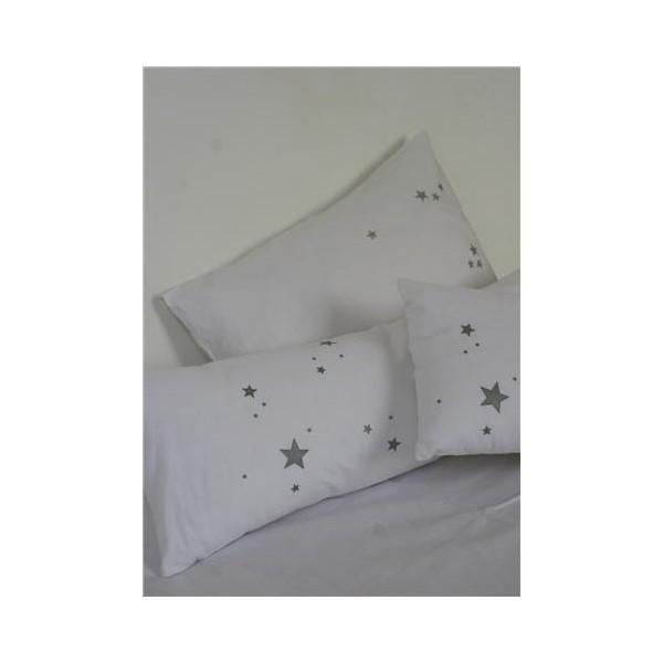 les toiles grises une multitude de coussins toil s. Black Bedroom Furniture Sets. Home Design Ideas